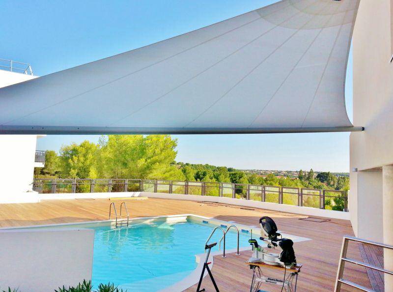 voile d ombrage sur mesure motorisee pour terrasse sur. Black Bedroom Furniture Sets. Home Design Ideas
